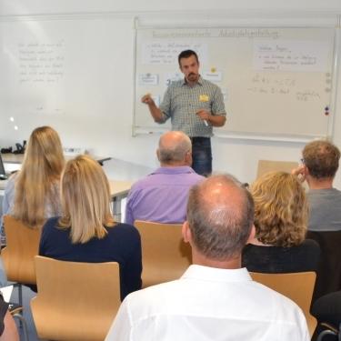 Zu sehen sind die Teilnehmer in einem workshop.